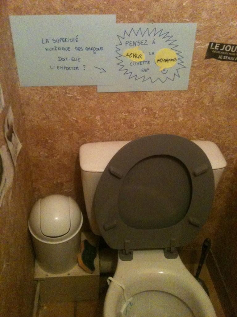 pourquoi les femmes veulent que les hommes rabaissent la lunette des wc le monde de lucie. Black Bedroom Furniture Sets. Home Design Ideas